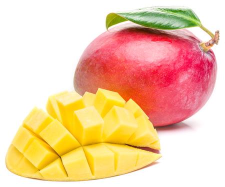 mango: Owoce mango i mango kostki na białym tle. Obraz wysokiej jakości.