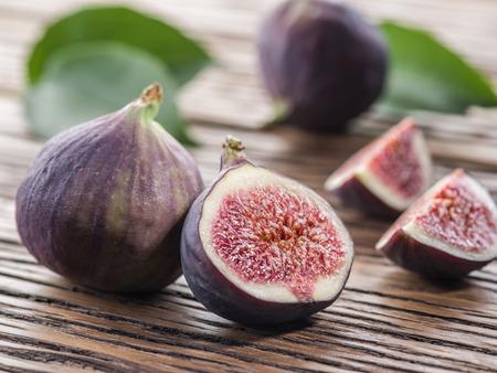feuille de figuier: Ripe fig fruits sur la table en bois.