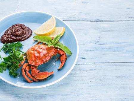 cangrejo: Plato de los mariscos - cangrejos cocidos con lim�n y hierbas. Foto de archivo