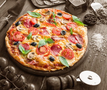 tomate: Pizza with mushrooms, salami and tomatoes. Top view.
