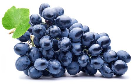 racimos de uvas: Uva p�rpura con hojas verdes aisladas sobre fondo blanco. Foto de archivo