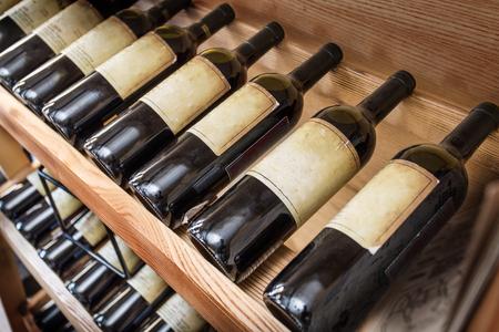 ワインの棚の上の古いワインのボトル。