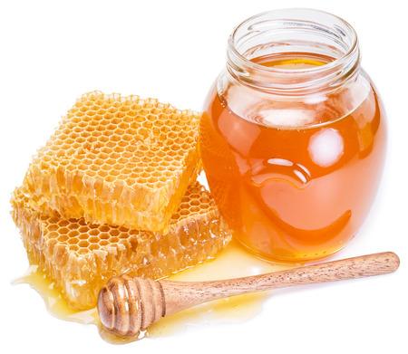 신선한 꿀, 벌집의 전체 항아리. 높은 품질의 사진.