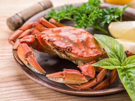 mariscos: Plato de los mariscos - cangrejos cocidos con limón y hierbas. Foto de archivo