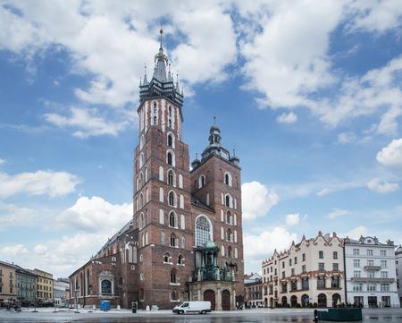 cracovia: Saint Mary Basilica and Main Square in Krakow. Early morning. 6 May 2015.