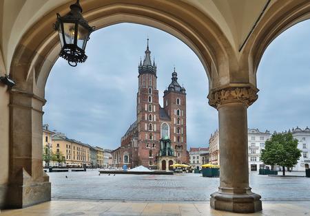 cracovia: Saint Mary Basilica and Main Square in Krakow. Poland. 6 May 2015.