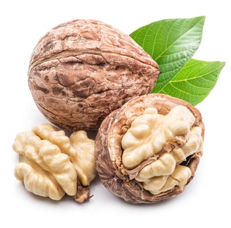 frutas deshidratadas: Nogal y nogal núcleo aislado en el fondo blanco.