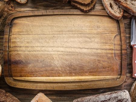 flour: Rebanadas de pan negro en el viejo tablón de madera.