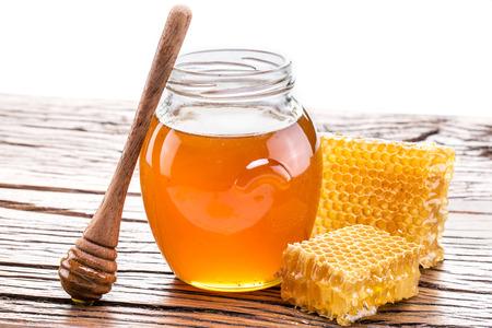 Honeycomb and pot of fresh honey.  Foto de archivo