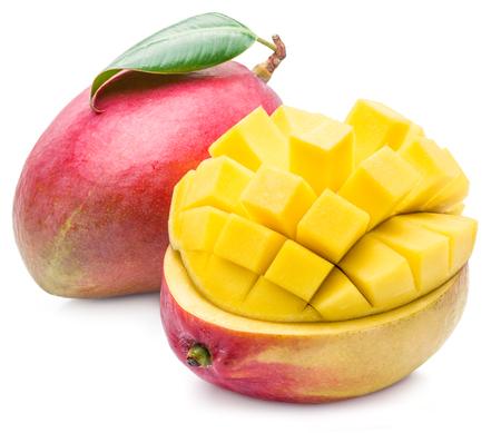 mango: Owoce mango i mango kostki. Obraz wysokiej jakości. Owoce mango i mango kostki na białym tle.