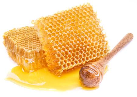 白い背景にハニカムと蜂蜜ディッパー。 高品質の画像。