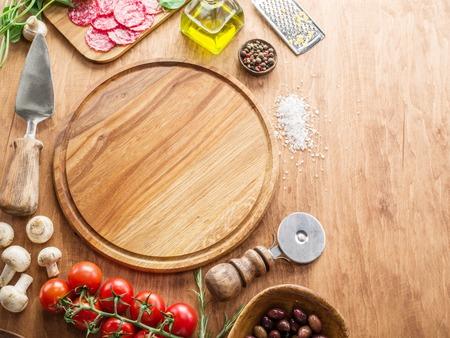 albahaca: Pizza con champiñones, salami y tomates. Vista superior.