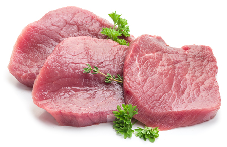 白い背景にパセリと生牛肉ステーキ。