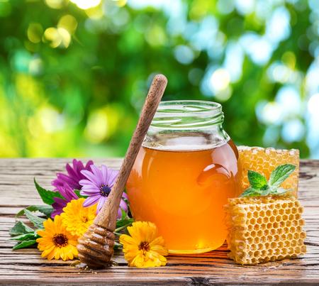 peineta: El tarro de miel fresca y panales. Alta calidad de imagen. Foto de archivo