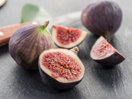 grafit: Ripe fig fruits on the graphite cutting board.