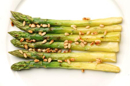 pinoli: Asparago verde con pinoli. Archivio Fotografico