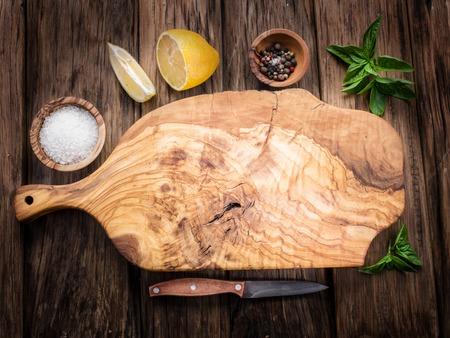 オリーブのまな板と木製のテーブル スパイス。