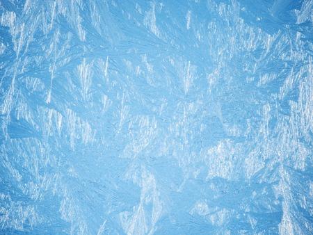 Ijskristallen op het oppervlak van het venster.