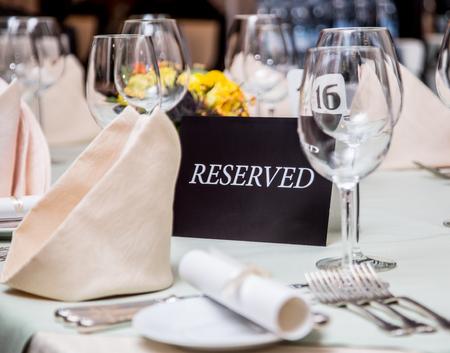 """Festival diner instelling en """"Gereserveerd"""" teken. Stockfoto"""