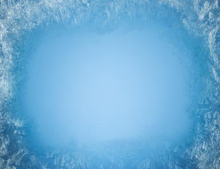Ijzige patronen op de rand van een bevroren venster.