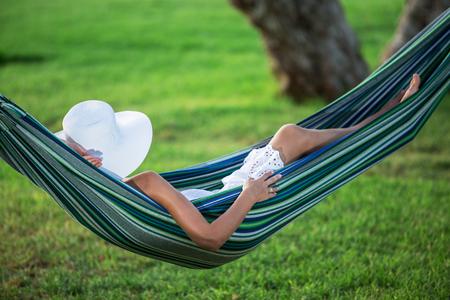hamaca: Relajarse en la hamaca. Día de verano. Foto de archivo