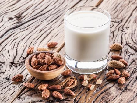 Almond nuts et du lait sur la table en bois.