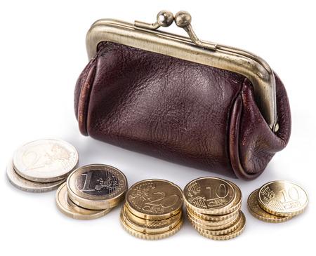dinero euros: Bolsa de cuero pequeña para las monedas y monedas cerca de él. Aislado en el fondo blanco.