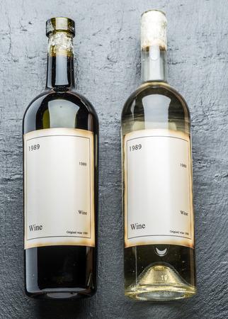grafito: Dos botellas de vino en el tablero de grafito.