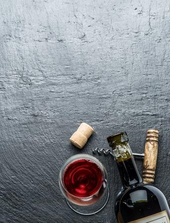 grafit: Butelka wina, kieliszki do wina i korkociąg na pokładzie grafitu.