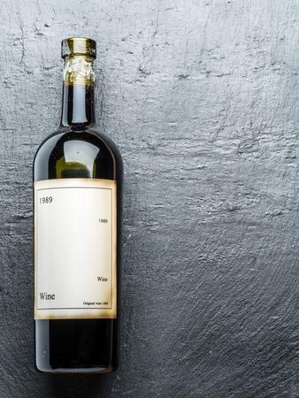 grafito: Wine bottle on the graphite board.