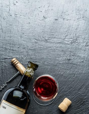 grafito: Wine bottle, wine glass and corkscrew on the graphite board.