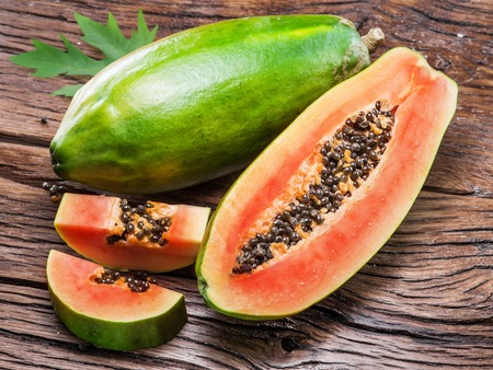 木製の背景にパパイヤの果実。