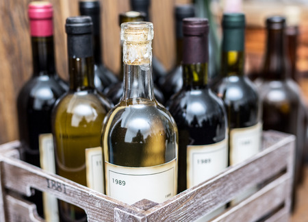 Vecchie bottiglie di vino in una cassa di legno.