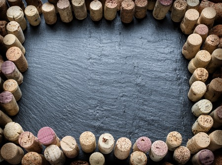 grafito: Wine corks arranged as frame on the graphite board.