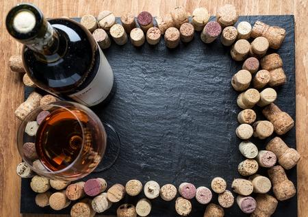 grafit: Wina korki rozmieszczone w ramce na pokładzie grafitu.