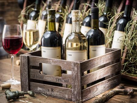 Oude wijnflessen in een houten krat.
