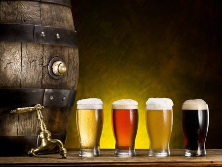 tomando alcohol: Todav�a vida: la clavija de madera de cerveza, una copa de cerveza y trigo en la mesa en el s�tano.