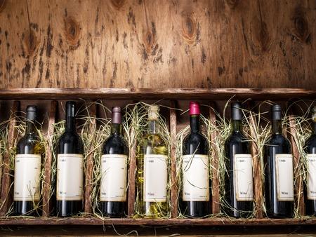 木製の棚にワインのボトル。 写真素材