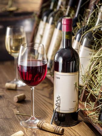 Wine bottles on the wooden shelf. Standard-Bild