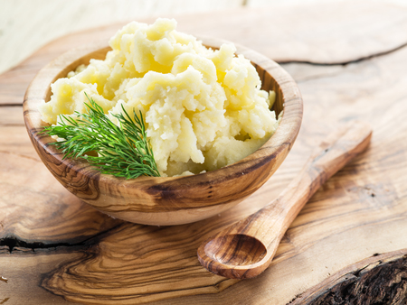 pure de papa: Puré de patatas en el recipiente de madera sobre la bandeja de servicio.