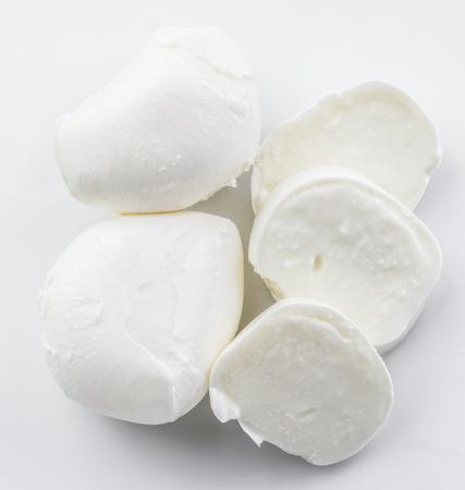 Mozzarella su sfondo bianco.