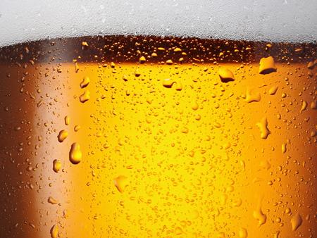 Water druppels op glas bier. Detailopname.