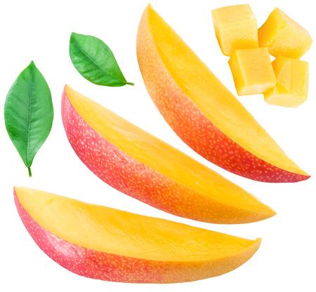 Plakjes mango vruchten en bladeren over wit.