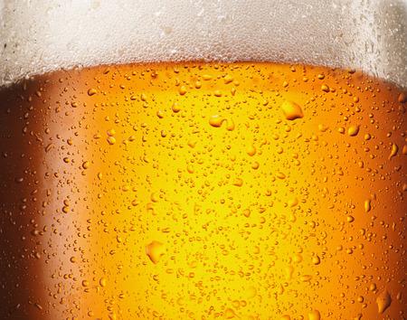 Gotas de agua en un vaso de cerveza. De cerca.