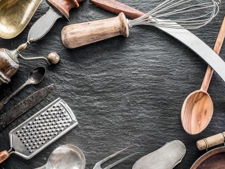grafit: Kitchen utensils on the graphite background.