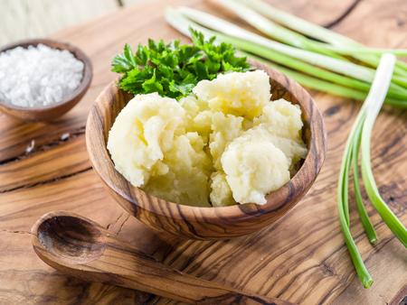 pure de papa: Pur� de patatas en el recipiente de madera sobre la bandeja de servicio.