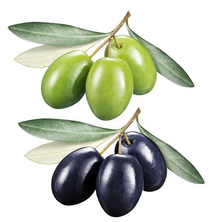 Groene en zwarte olijven met bladeren op een witte achtergrond.