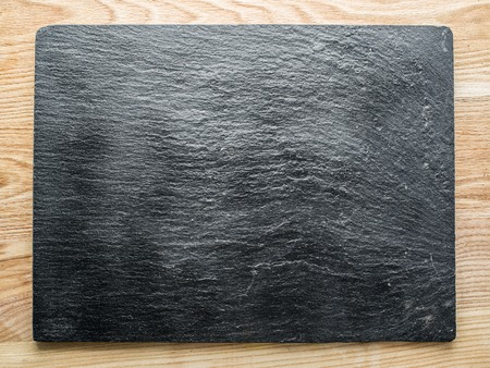 grafito: tablón de grafito sobre la mesa de madera.