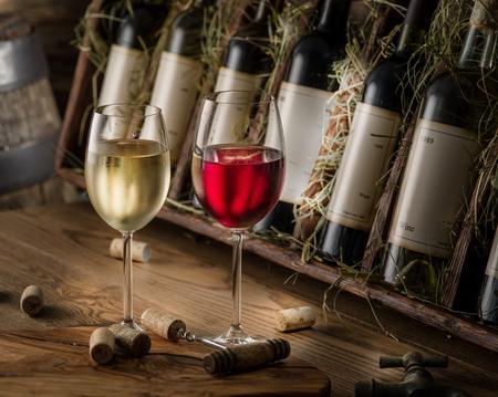 Flessen wijn op de houten plank.