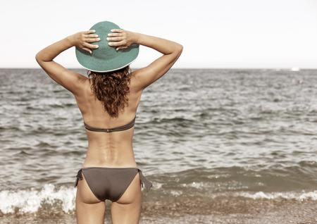 Donna godendo caldo giorno d'estate in riva al mare. Stile vintage.